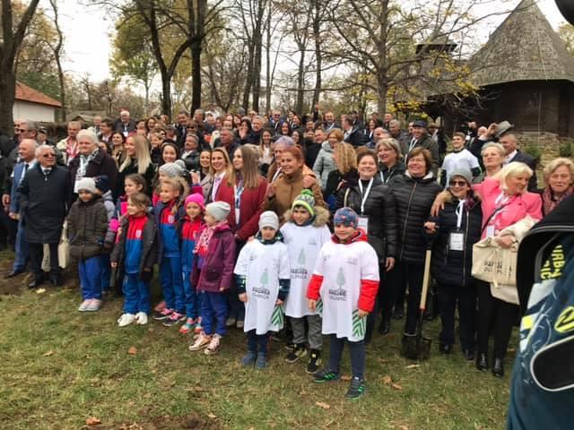 Centenar: O sută de puieţi de brad – plantaţi de olimpici ai României, în parcul interior de la Muzeul Satului
