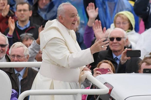 Papa, în mesajul de Crăciun: Există întuneric în inimile oamenilor, dar mai mare este lumina lui Iisus