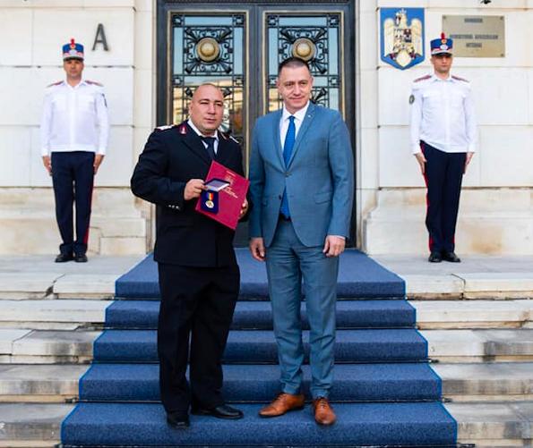 Mihai Fifor i-a acordat Emblema de onoare pompierului care a salvat două persoane de la înec, în Bulgaria