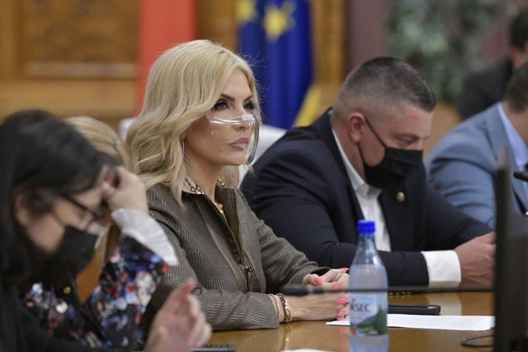 """Laura Vicol – mesaj DUR pentru """"mai marii"""" conducători ai țării, în prima zi de școală: Câtă ipocrizie, neputință și incompetență"""