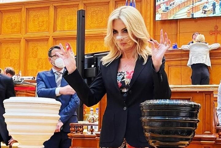 Laura Vicol(deputat PSD), reacție virulentă la adresa lui Barna: Măi incompetentule, bineînteles cã poți trimite autocare la 2 noaptea pe câmp, salvezi vieți la orice oră, asta când îti pasã!
