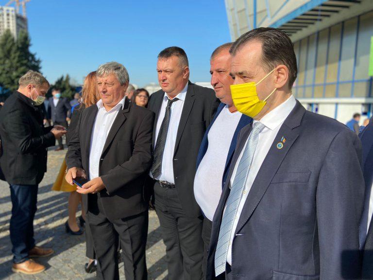 Ludovic Orban a sosit la Romexpo, unde a discutat și s-a fotografiat cu delegații – VIDEO EXCLUSIV